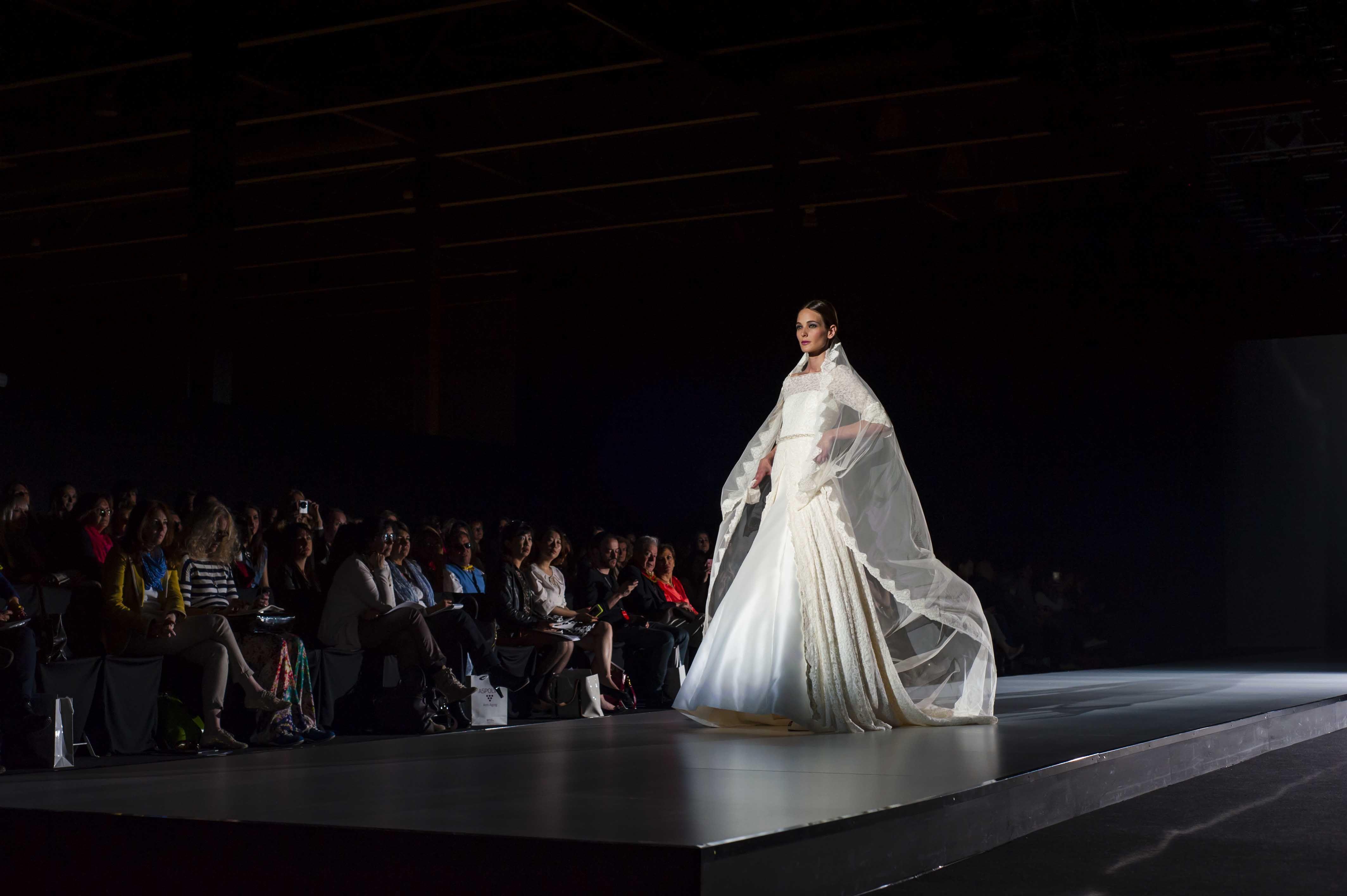 Propuesta de Francis Montesios en el desfile de la Pasarela Barcelona Bridal Week 2013.