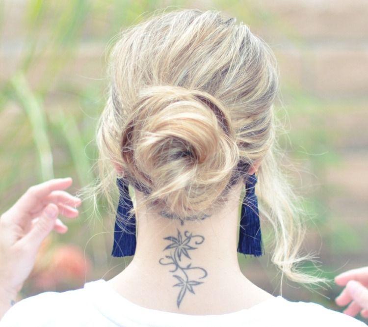 Jolies fleurs en tatouage sur le cou