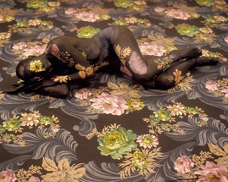 Cecilia Paredes, née à Lima, au Pérou, est une Artiste Spécialisée dans le Camouflage de son Propre Corps. Elle Commence par Peindre son Assistante, puis prend des Photos que cette  même Assistante Utilisera comme Exemple pour Peindre à son Tour Cecilia Paredes.