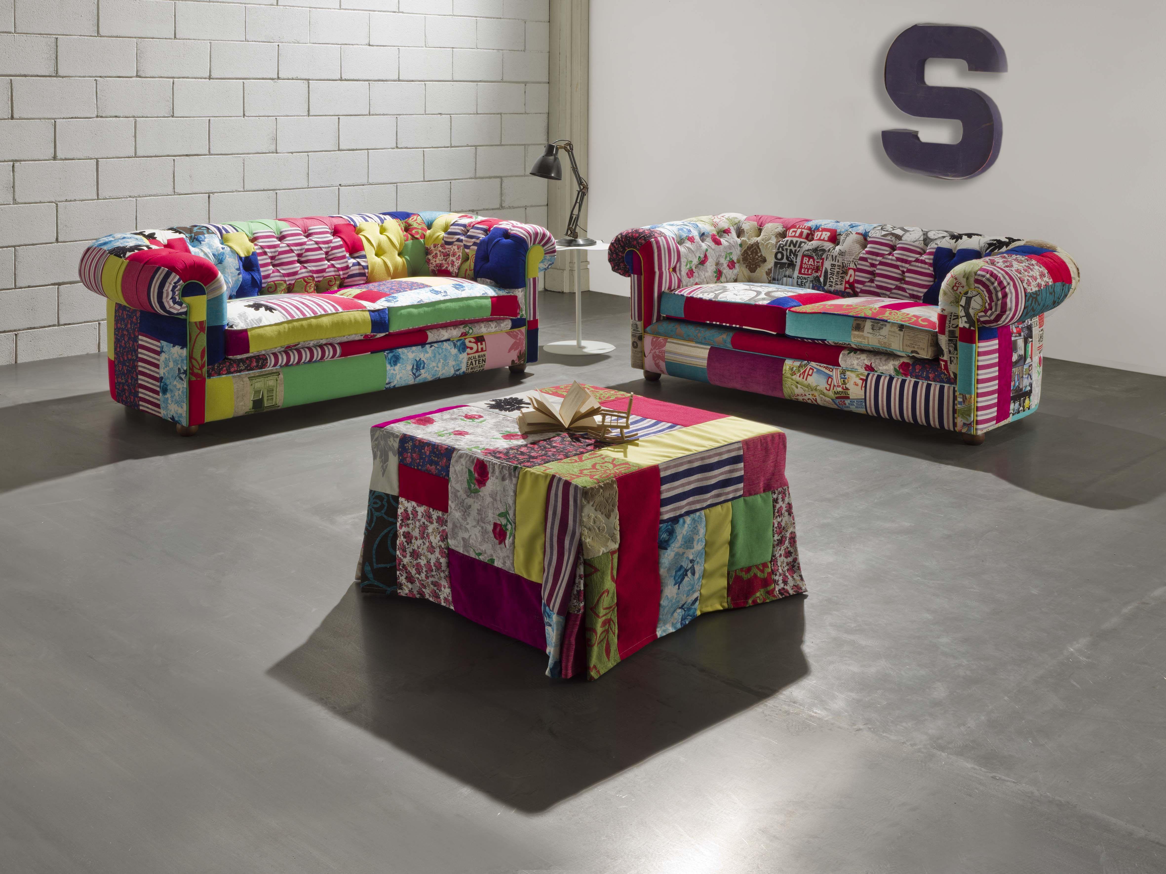 Chesterfield Divano ~ Un salotto composto da divani chesterfield e un pouff a letto