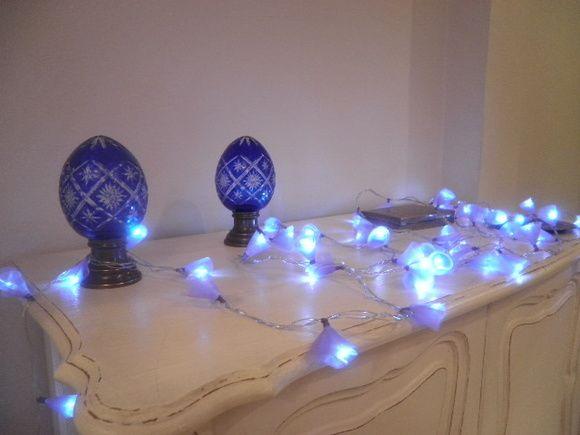 Luminária conhecida como fairy-light (Luzes das Fadas).  Feita com fio de 6 metros e 60 lâmpadas LED (mais seguras pois não esquentam e econômicas) Fica lindo em quartos, salas, cortinas, espelhos até em decoração de festas!  Em cada luz uma flor de organza. Arremate com linha da mesma cor, perfeito.  As da foto são rosa pink e lilás. Querendo outra cor é só encomendar. Prazo de entrega de 7 dias fora envio.  Liga direto na tomada. R$ 70,00