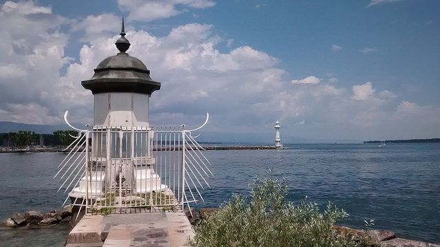 Faro del Dique Sur de Ginebra by AurelianusRex, via Flickr