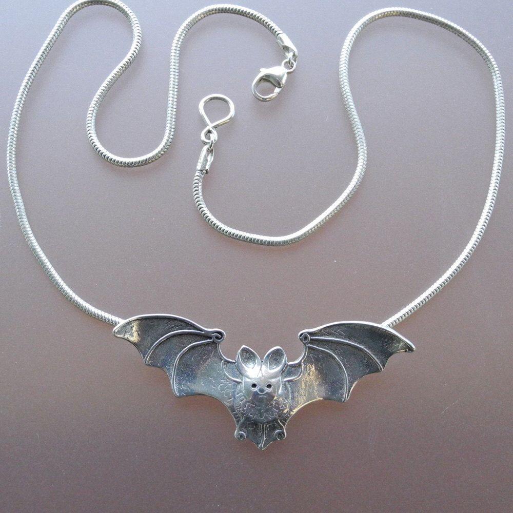 Murciélago colgante - collar de plata esterlina de BobsWhiskers en Etsy https://www.etsy.com/es/listing/116133839/murcielago-colgante-collar-de-plata