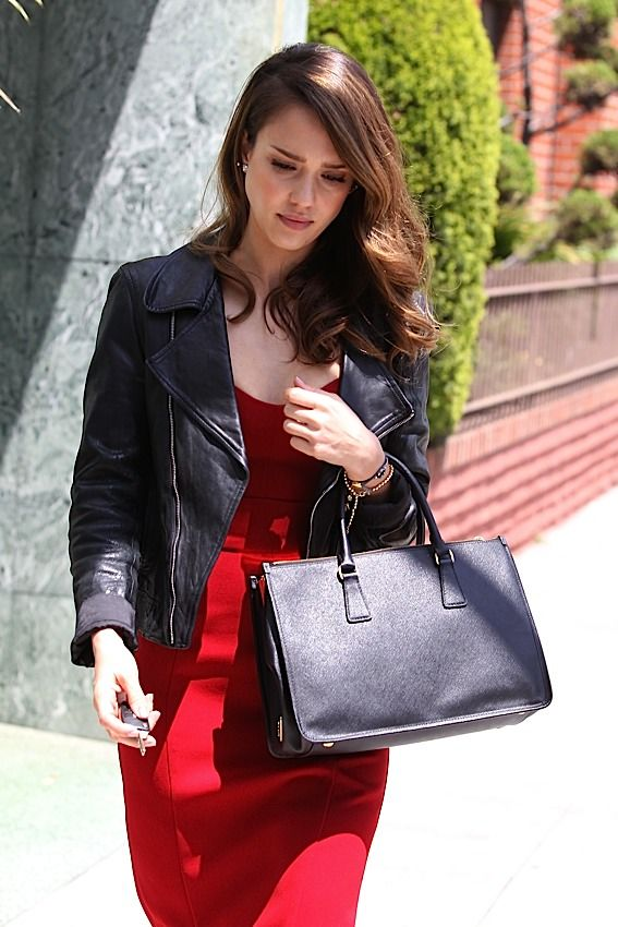 The Many Bags Of Jessica Alba This Is Classic Prada Tote For 2 100 I Like