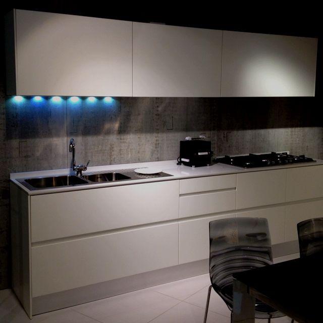 cucina bianca laccata opaca, con top grigio chiaro | Lavagna ...
