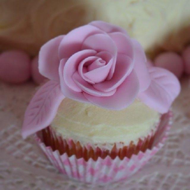 #fondant #fondantrose #pinkrose #cupcake #homemade #firsttime