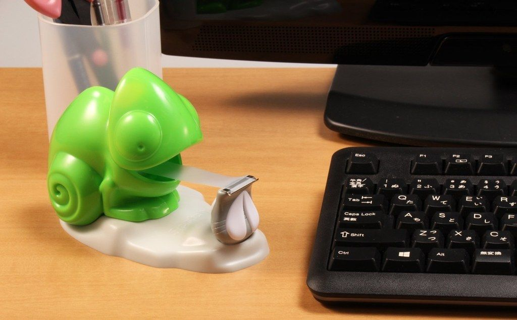A chameleon tape dispenser to keep you company  | [DESIGN] Clever