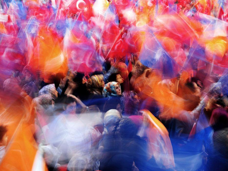 Militantes do Partido da Justiça e Desenvolvimento (AKP) acenam bandeiras durante um comício de campanha pelo primeiro-ministro turco Ahmet Davutoglu em Istambul