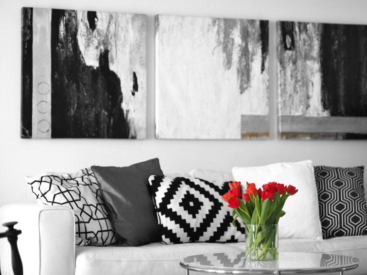 Black & white living room + red tulips - Uino