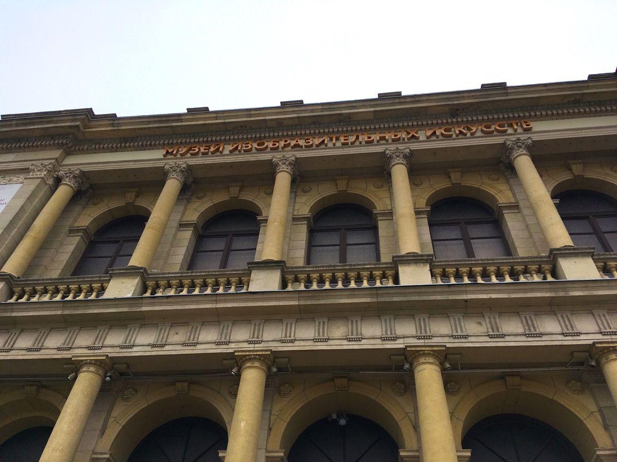 Музей, фасад на входе