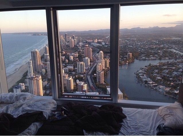 An Amazing View Of A City Skyline From This Bedroom So Cool