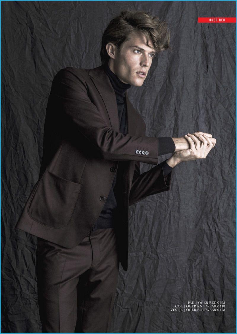 Modelo Cesar Casier aborda linhas limpas com um terno de Oger Vermelho.