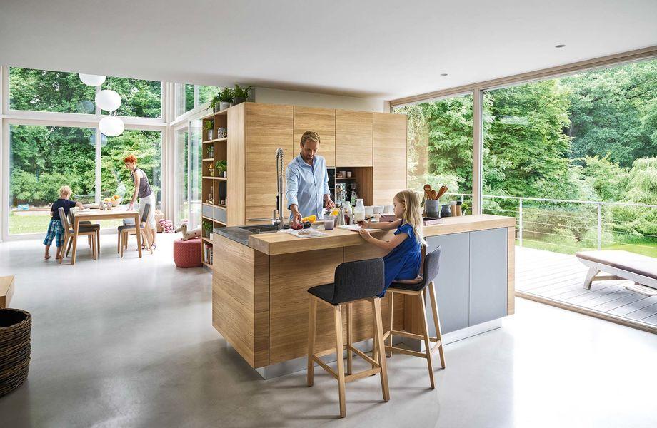 Massivholzküche Linee In Eiche Mit Ark Barhocker Von TEAM 7