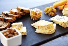 Il miglior modo di gustare i formaggi come antipasto è su un bel tagliere! L'idea in più? Abbinarli a irresistibili mieli, confetture, e pane tostato di qualità #Cucina #Ricetta #Idea #Cheese #Recipe