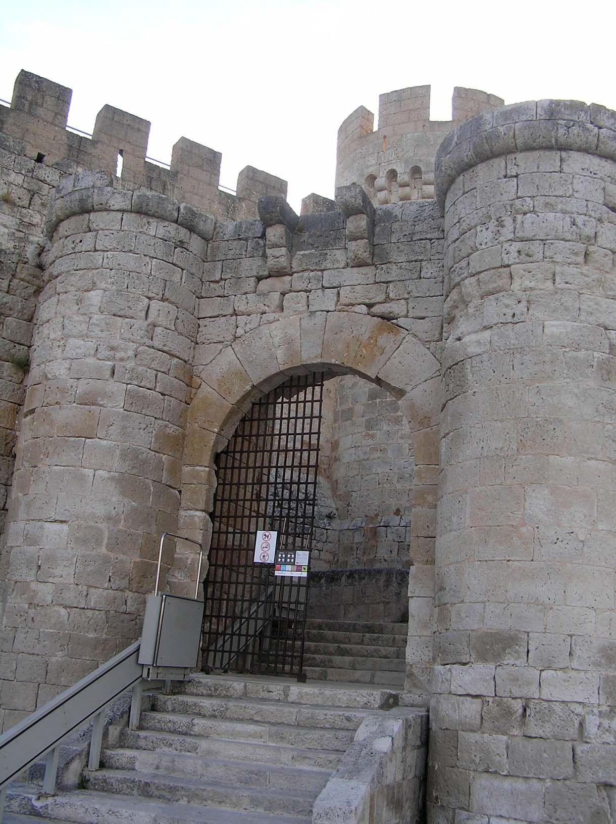 Castillo De Peñafiel.- Puerta de acceso al primer recinto, situada en el lado este del castillo y flanqueada por dos torres cierra la primera línea de murallas o barbacana, corresponde a la parte más antigua de la construcción - Portal Fuenterrebollo