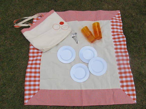 De que são feitos os sonhos  SACOLA DE PIQUENIQUE (4 pessoas)  Este sonho é composto por: 1 sacola de algodão com enfeites (os enfeites podem variar, a foto é ilustrativa) e divisória, 1 toalha de algodão (96 x 96 centímetros), 4 pratos de plástico (17 centímetros de diâmetro), 4 copos de plástico durável (o formato e tipo podem variar, a foto é ilustrativa), 4 garfinhos de fingerfood, um folheto com ideias mais que especiais para um piquenique completo!  Também podemos fazer este produto…