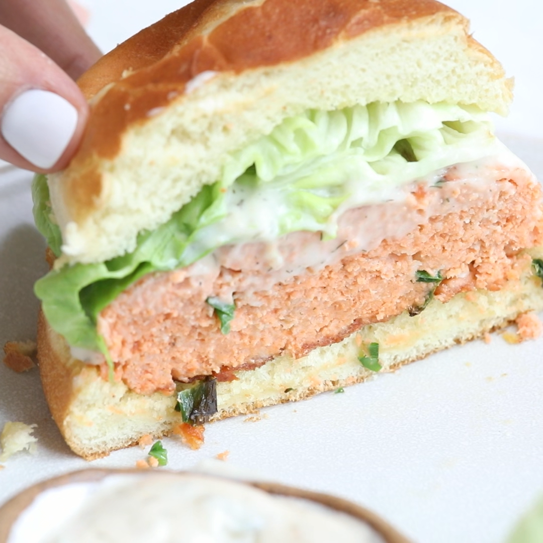 Salmon burgers make a great alternative to beef burgers. Made with only a few ingredients, they're nutrient-dense, protein-packed & fun for summer grilling! Grilling season | Summer Recipes | Salmon Recipes | Seafood Recipes | Summertime #salmonrecipes #salmonburger #salmonburgers #burgerideas #seadoodrecipes #feelgoodfoodie #videorecipe #recipevideo #foodvideo