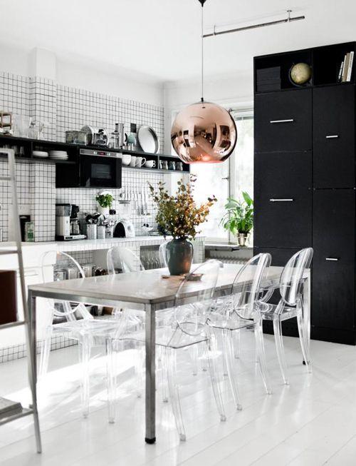 Louis Ghost Stühle von Kartell in der schwarz-weiß geprägten Küche