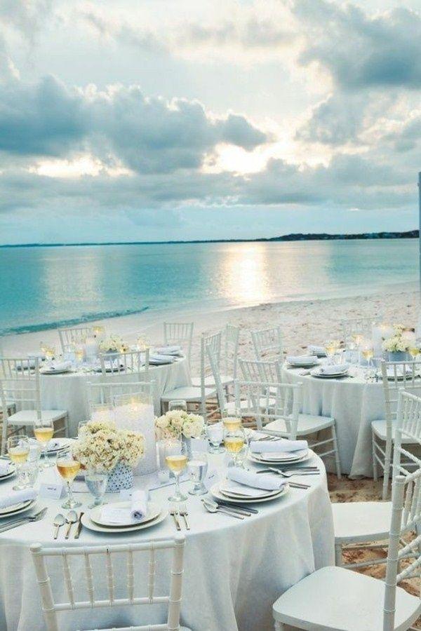 Fantastique décor de mariage au bord de la mer