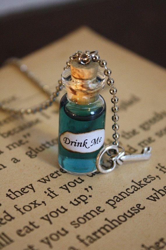Artículos similares a Alicia en el país de las maravillas Me bebe frasco collar - Drink Me - Alicia Costume - Halloween joyería en Etsy