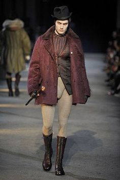 Alexander Mcqueen Brings Back Hose From The Renaissance Men Used To Wear This Hose With Alexander Mcqueen Menswear Alexander Mcqueen Men 16th Century Fashion