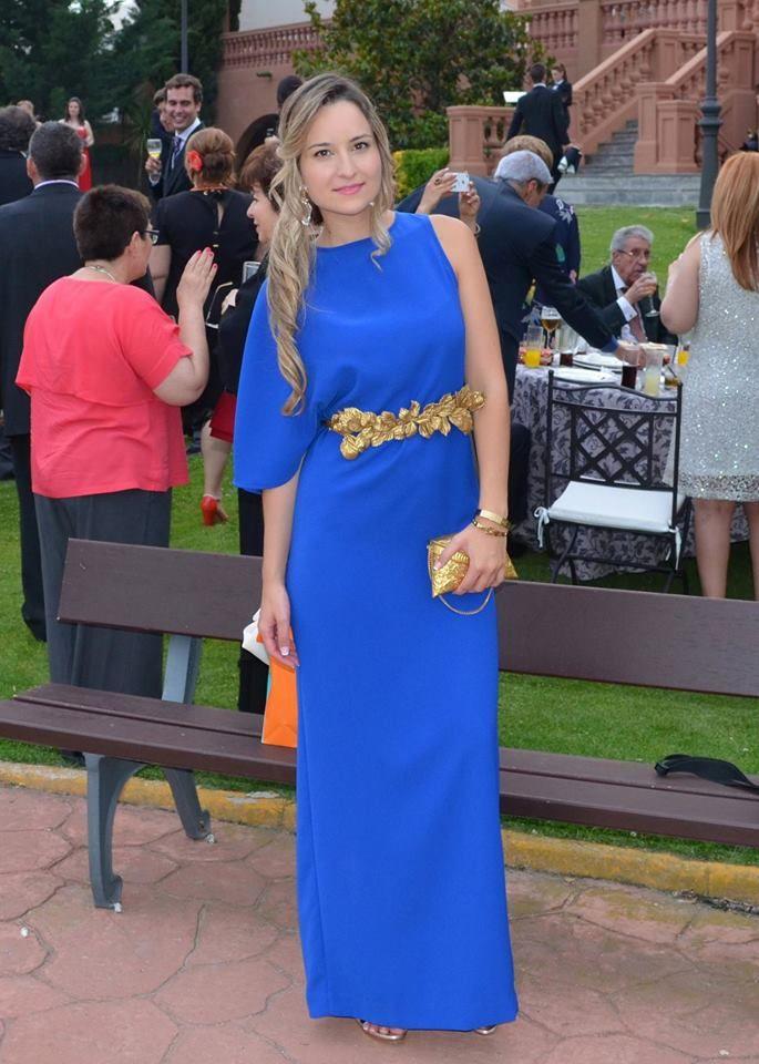 Ester con vestido asimétrico azul Dresseos y cinturón con hojas doradas  Verdemint - Alquiler de vestidos y accesorios - Dresseos 3779ad30f312