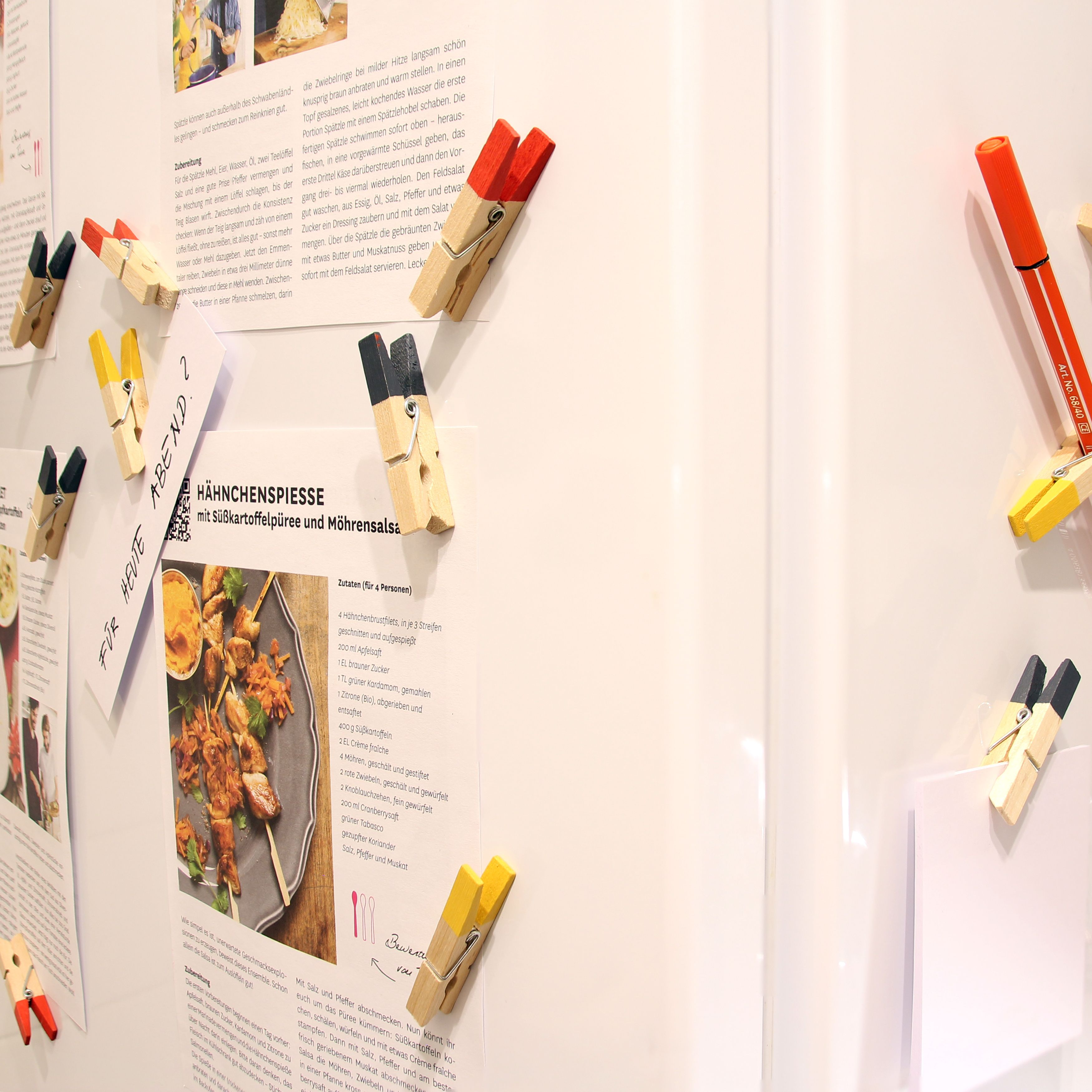 k hlschrank deko holzklammern magneten rot gelb schwarz k hlschrank dekoration pinterest. Black Bedroom Furniture Sets. Home Design Ideas
