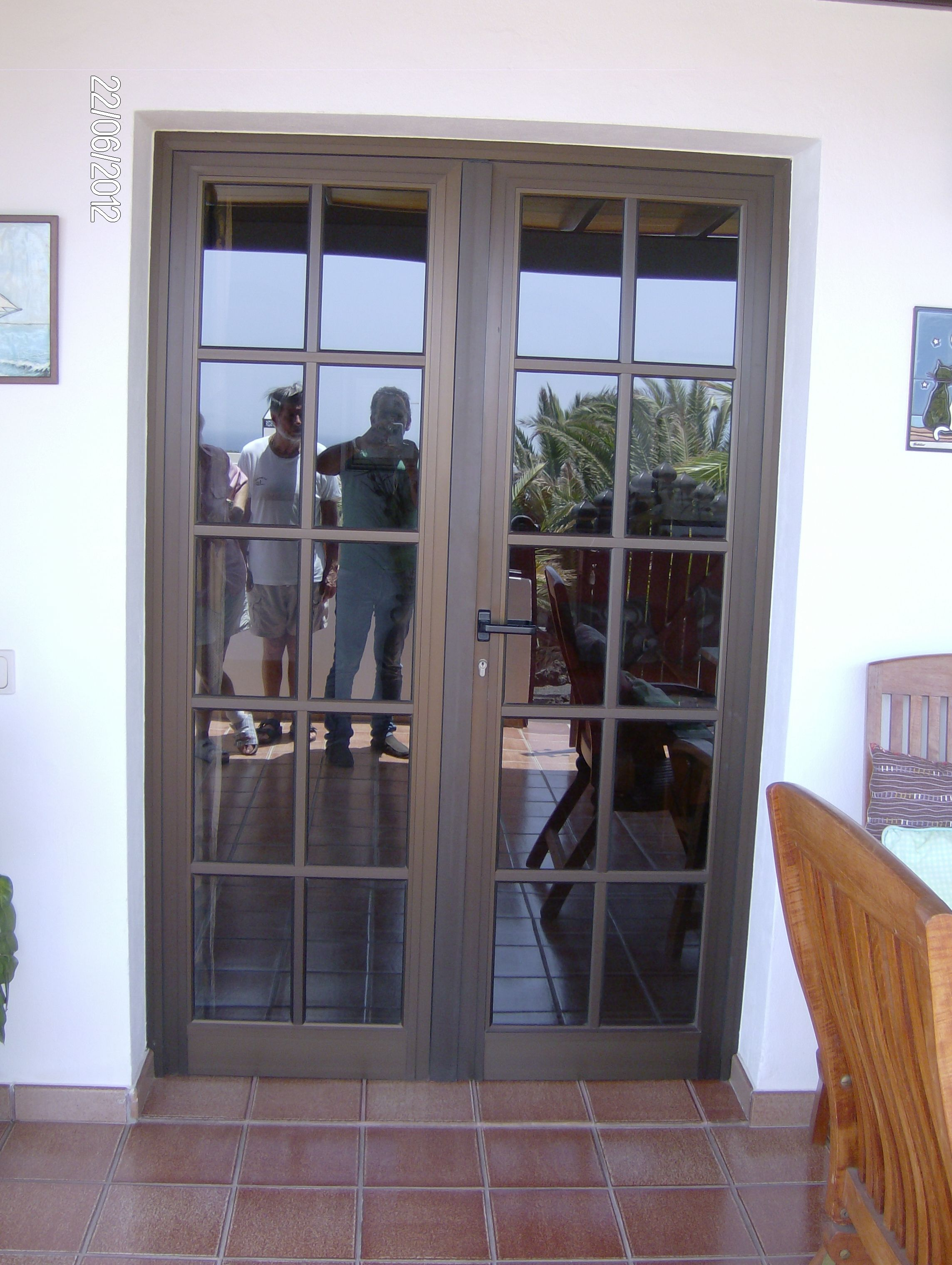 Pin de herrer a y aluminio la uni n en puertas de aluminio for Ventanas de aluminio color bronce