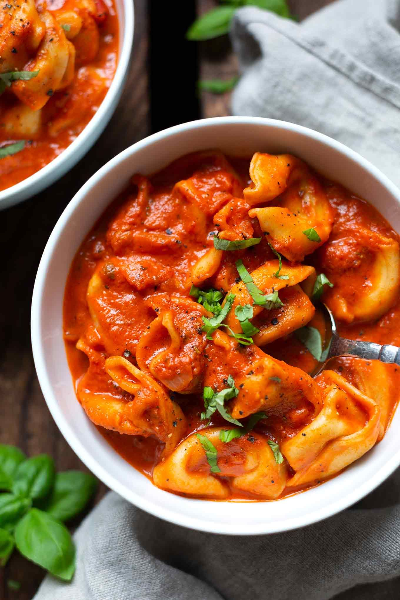 One Pot Tortellini mit Tomaten-Sahne-Sauce - Kochkarussell