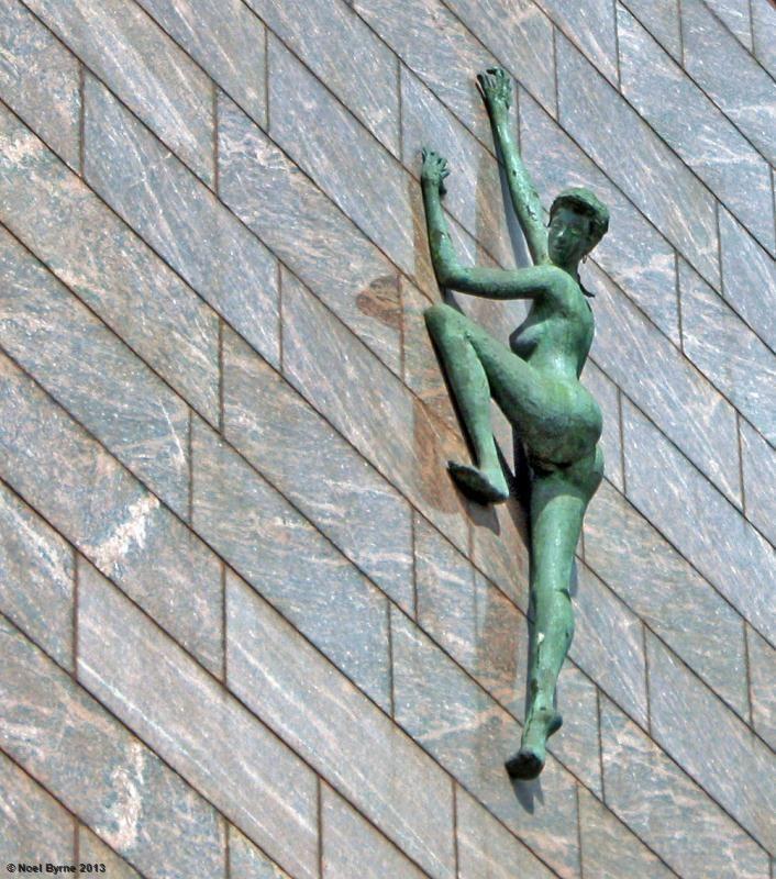 ''aspirazione'' di Rowan Gillespie, sulla parete esterna del Palazzo del Tesoro, a Dublino