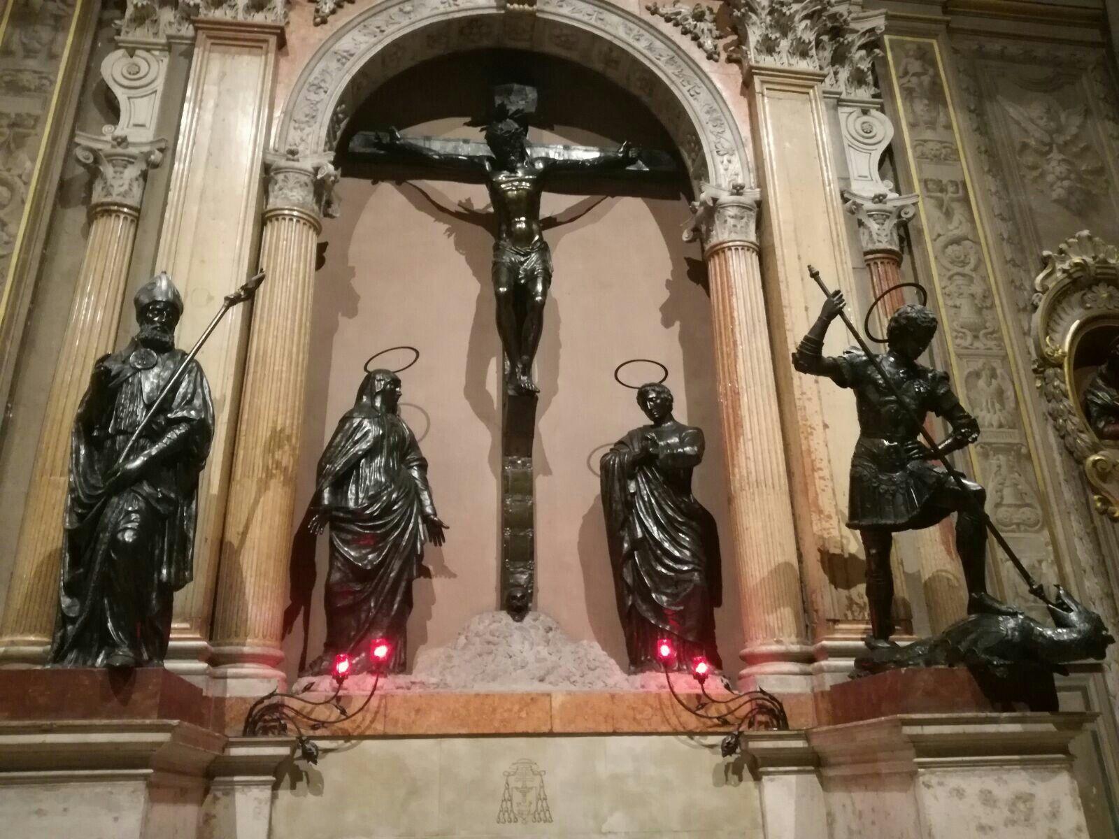 Gruppo statuario nel Duomo di Ferrara. Nicolò Baroncelli  (crocefisso con San Giovanni e Maria) e i Santi Giorgio e Maurelio (Domenico Paris). 1450 ca.