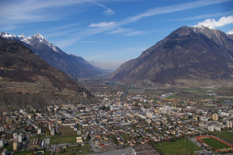 Martigny est une commune et une ville du canton du Valais sise au coude du Rhône, au croisement des axes routiers du Grand-Saint-Bernard et du Simplon.    http://www.martigny.com/