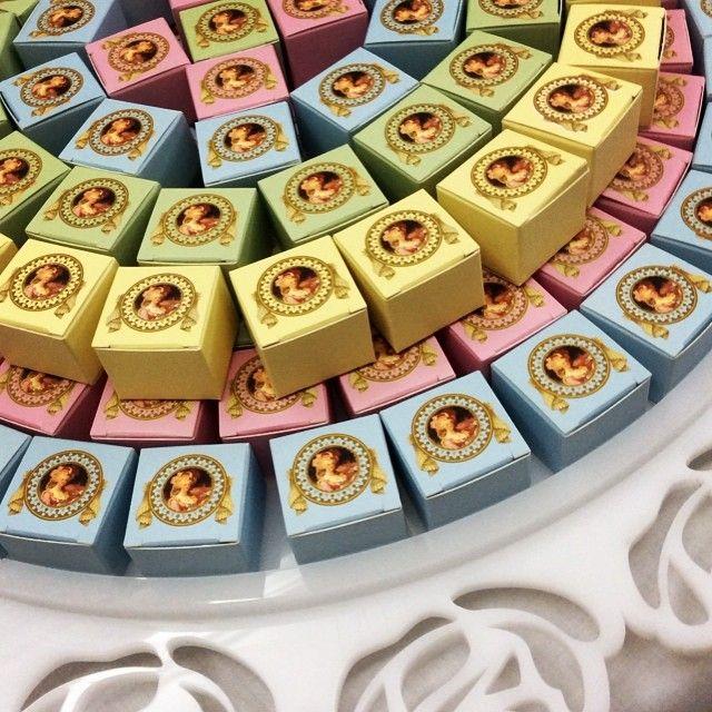 علب فكتوريا ملونه مع شوكولا فكتوريا Padgram Chocolate Art Chocolate Cake