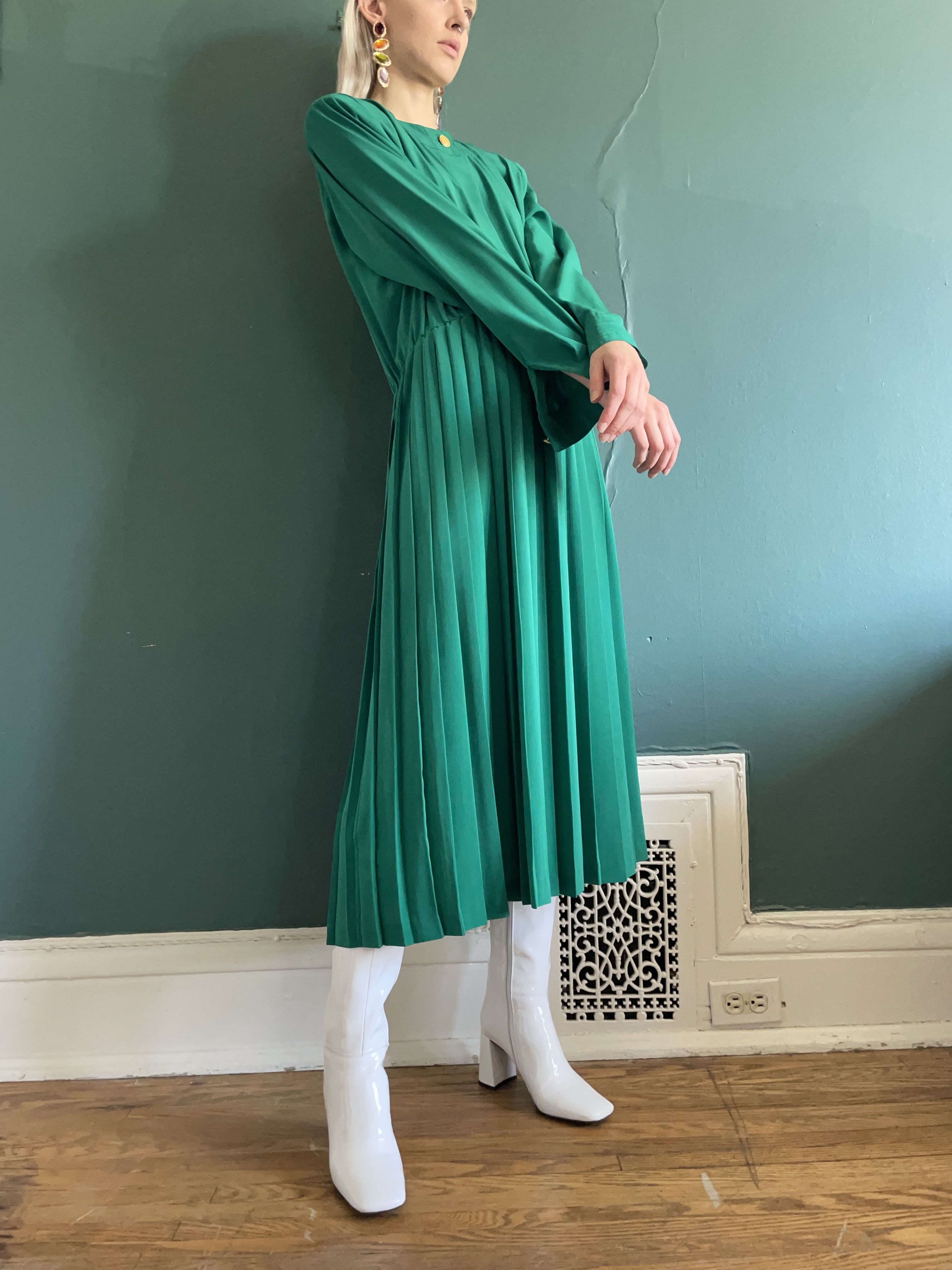 An 80s vintage dress in a lovely kelly green with a pleated skirt. Drops mic. #vintage #vintagefashion #vintagestyle #vintageaesthetic #80sfashion #80sstyle #80saesthetic