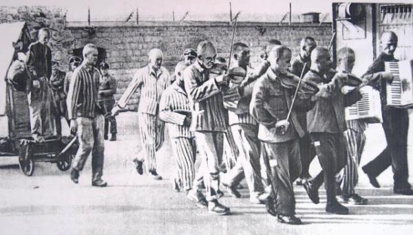 L'orchestrina di Mauthausen accompagna Hans Bonarewitz, prigioniero fuggiasco, all'impiccagione