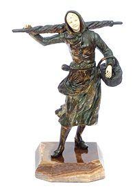 64 GEORGE OMERTH (1895 - 1925) Farm Girl - Escultura em bronze com rosto e mão em marfim, altura 28 cm, ass. na peça. Base em. ônix - Reproduzida no livro Art deco and other figures de Bryan Catley, pág. 238.