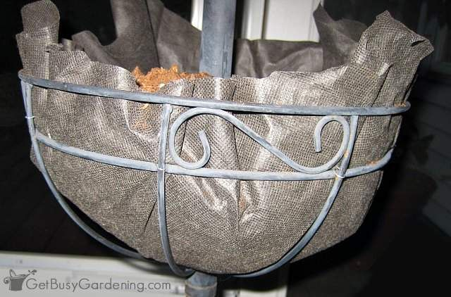 A Cheap Alternative To Coconut Liners For Hanging Baskets Planters Planter Liners Basket Planters Hanging Herb Gardens