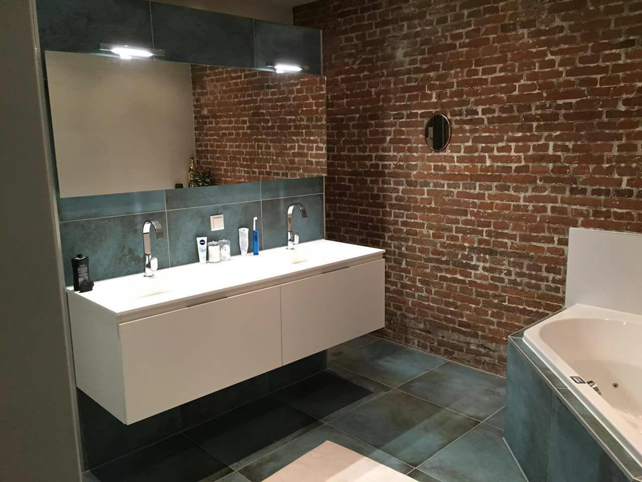 Originele baksteen binnenmuur verwerkt in de badkamer samen met