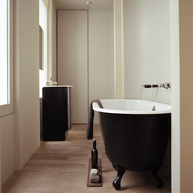 Salle de bain minimaliste Parquet Noire et blanc Baignoire sur