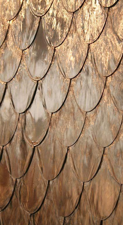Wasserwand aus Edelstahl; aus hunderten sich überlappender Blattschichten, David Harber