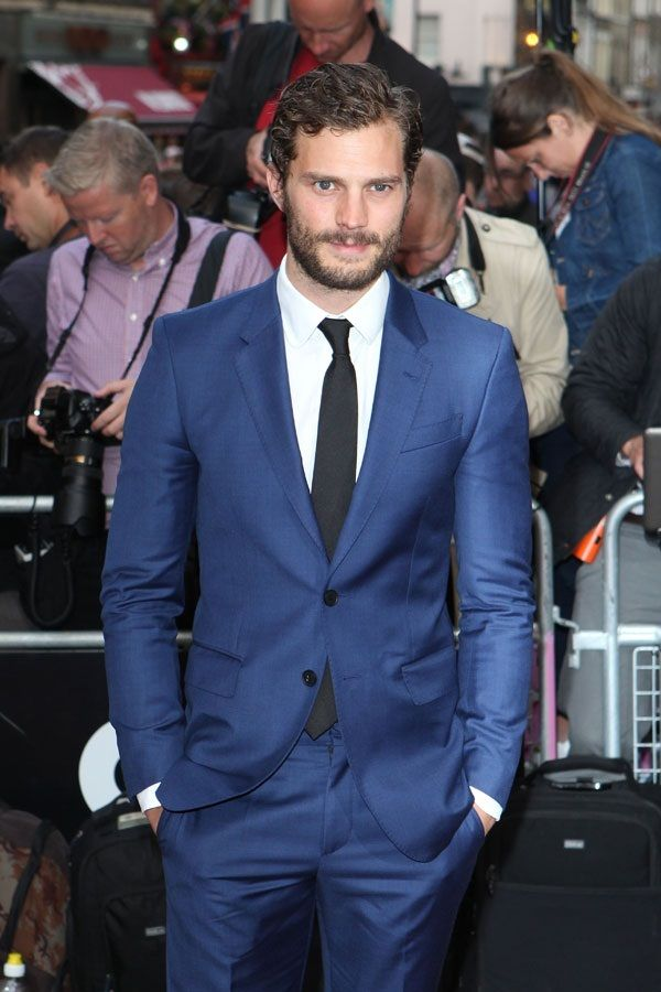 jamie dornan tr gt blauer anzug wei es businesshemd. Black Bedroom Furniture Sets. Home Design Ideas
