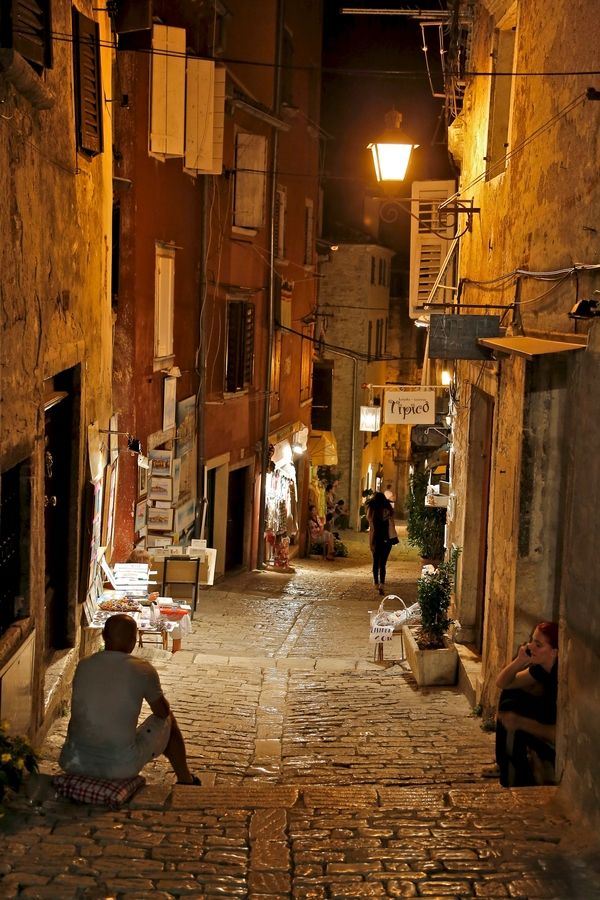 Nuit d'été dans les ruelles de Rovinj, Croatie - by Europe Trotter