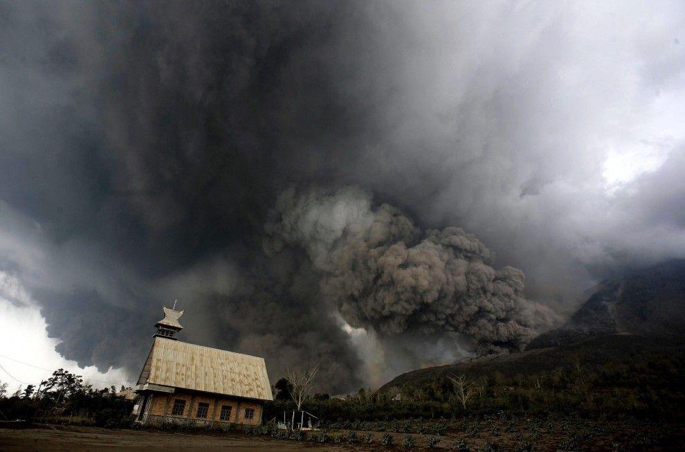 Indonesia, eruzione Sinabung: in fuga dal vulcano che uccide
