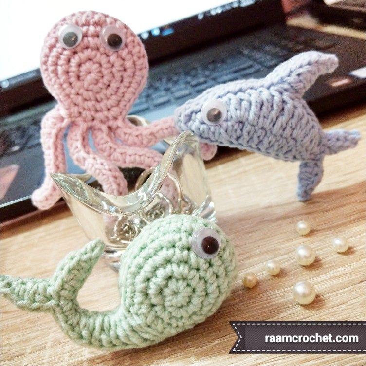 أخطبوط ودولفين وحوت من اشكالهم في الصورة أيهم الحيوان المفضل لكم انا احببت الحوت لشكله اللطيف جدا الباترونات متوفرة في كتاب كروشي Octopus Crochet Pattern Crochet Animals Crochet Patterns