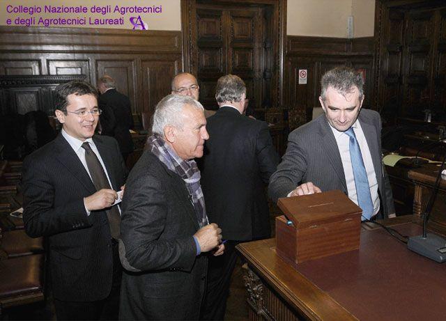 Si vota. Depongono la scheda nell'urna Laiti, Inghisciano e Bucchi.