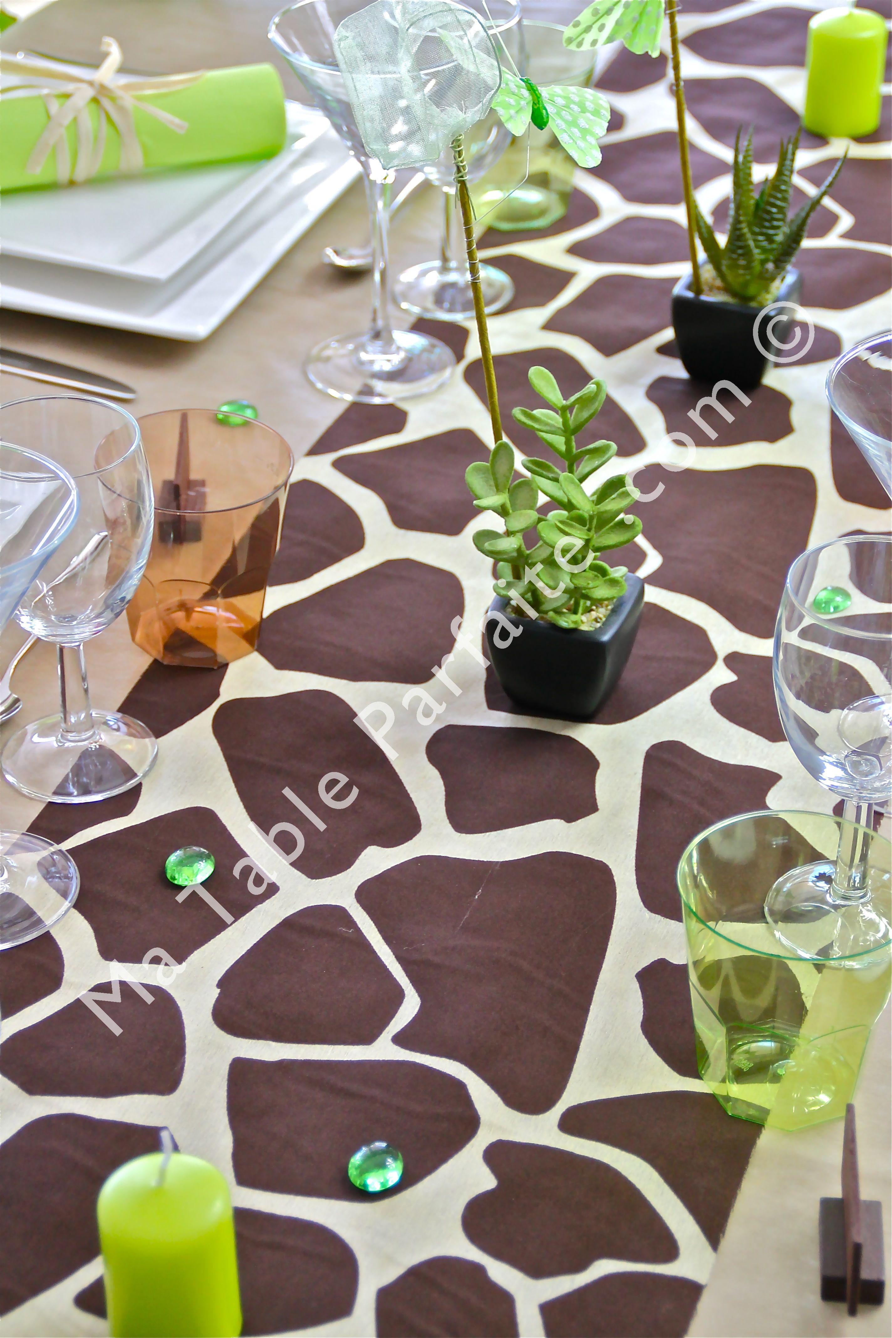 Fabriqu sur une base de tissu organdi le chemin de table girafe re oit de superbes motifs de for Deco table jungle
