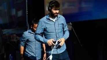 Gerard Piqué, en la expedición del FC Barcelona rumbo a Riazor