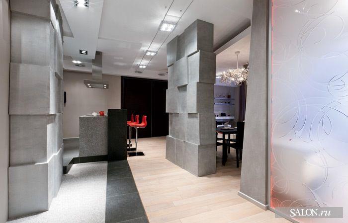 Функциональные зоны чётко разграничены. Чёрной каменной полосой на полу, которая плавно перерастает в барную стойку, проложена граница между кухней и гостиной. Остальные помещения отделены друг от друга стенами, которые выглядят так, будто их сложили из массивных каменных глыб.  Люстра, Brand van Egmond