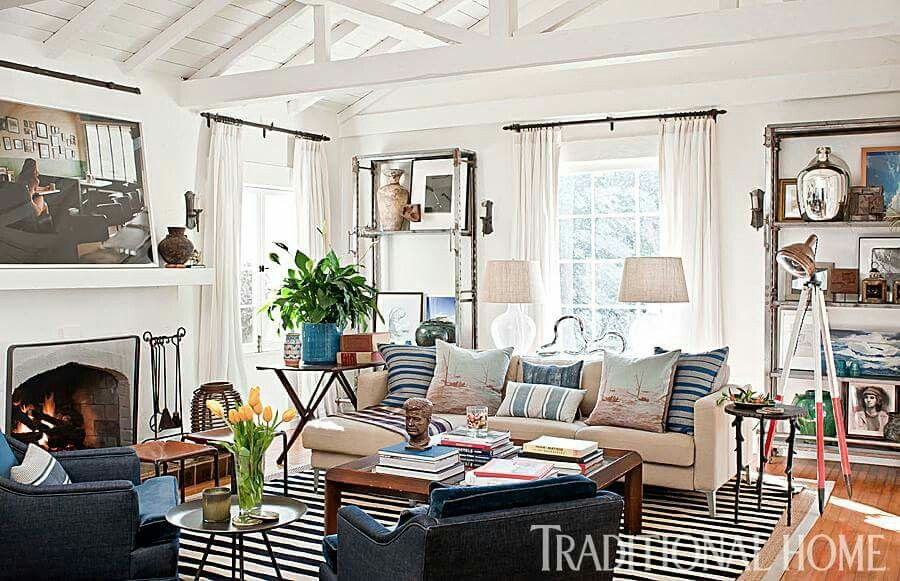 Love the neutral pallette with accessories that add pops of color and interest.