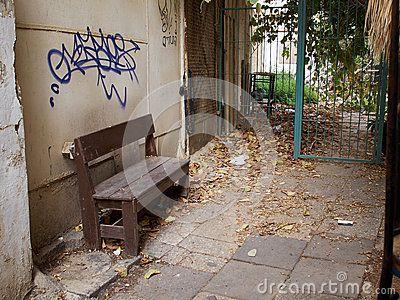 downtown-poor-backyard-dirty-old-grunge-house-area-54992477.jpg (400×300)